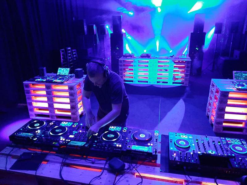 Alesx Gerber von den Oldschoolrockerzzzz live im Licht-produktiv Showroom