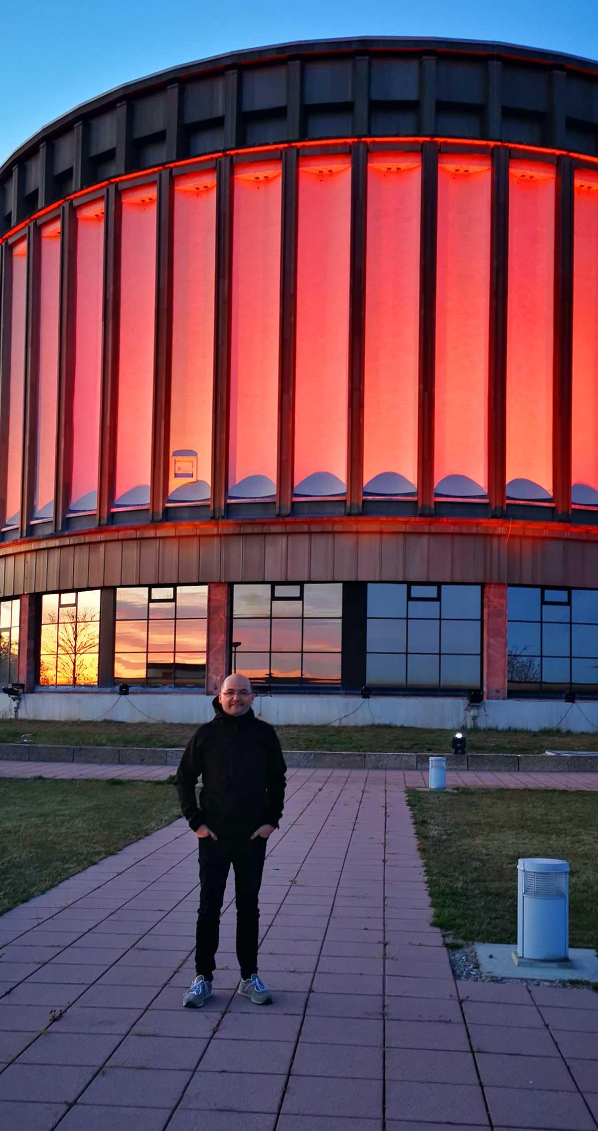 Nico Bruder (Inhaber Licht-produktiv) vor dem beleuchteten Panorama in Bad Frankenhausen